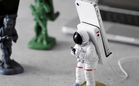 the-gadget-flow-Astronauts-Phone-Stand_zpsb7fd035b